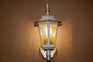 Oświetlenie zewnętrze - jak zaaranżować bezpieczną przestrzeń wokół domu