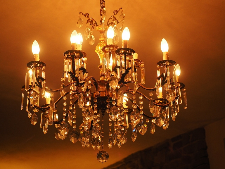 Kryształowy żyrandol czy metalowa lampa wisząca?