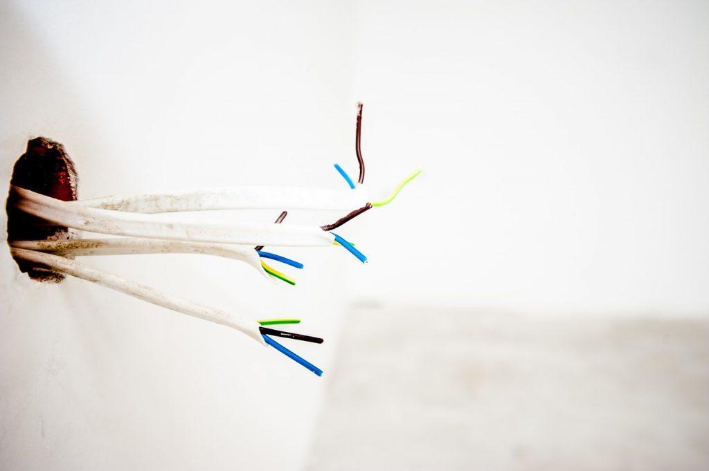 Gniazda elektryczne – jakie rodzaje znajdujemy na rynku?