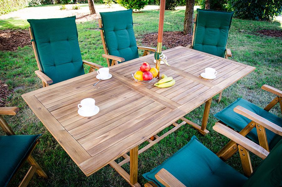 Drewniane meble ogrodowe – jak je przygotować do sezonu?